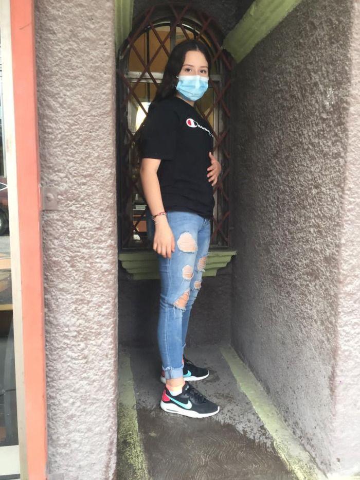 Maria chica de 13 años maltrata a su novio