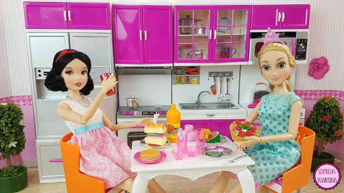 Niño ve a la barbie de su hermana tomando sopa